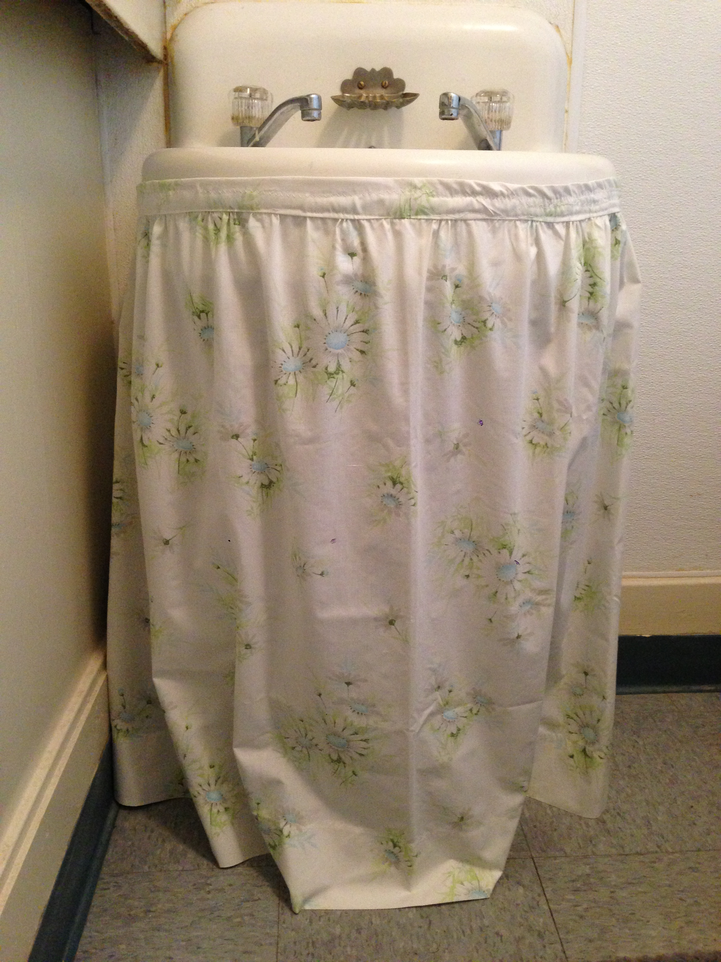 from bedtime to sink skirt how to upcycle vintage sheets 16563